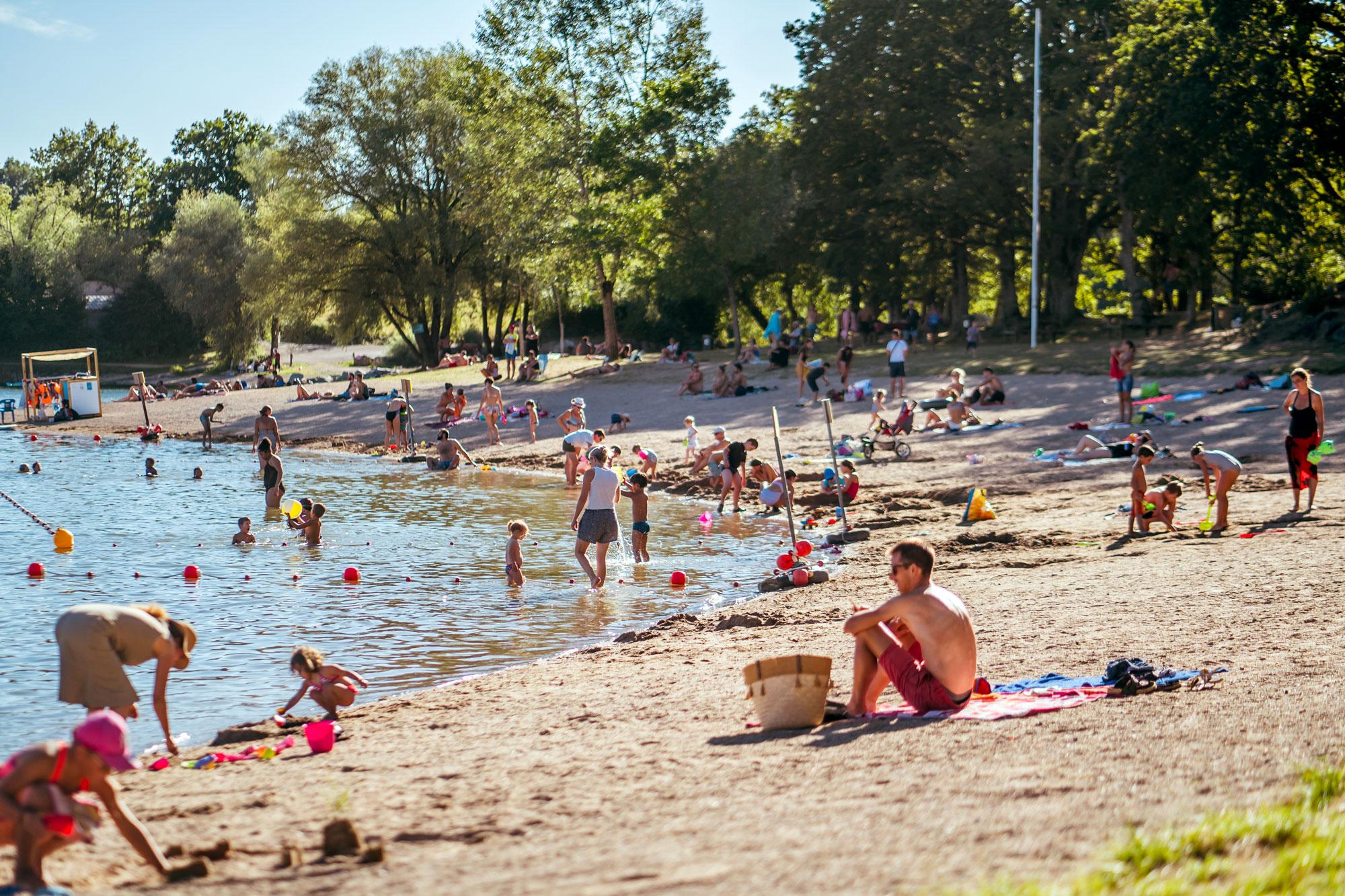 Enfant-jouant-sur-la-plage-des-Rousselleries-à-Pont-de-Salars